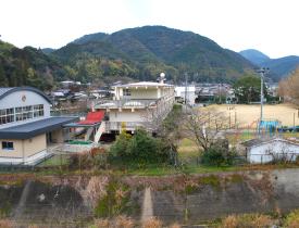 露天風呂から広がる山村の風景